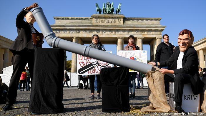 Акція протесту в Берліні проти призначення Ґергарда Шредера на посаду в Роснефти