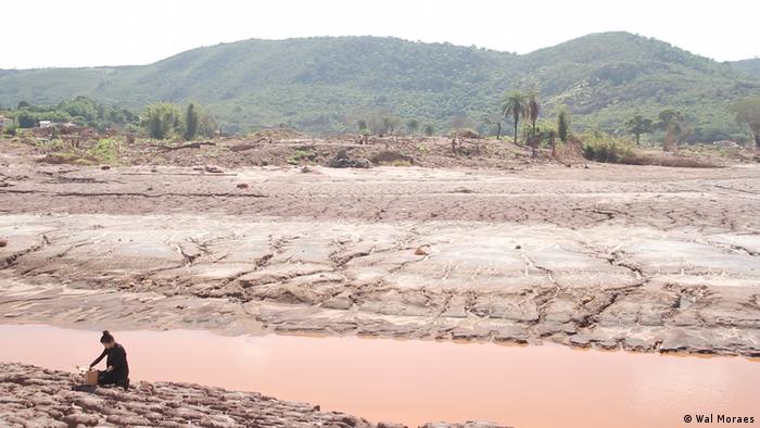 A artista Silvia Noronha coleta lama do desastre em Mariana