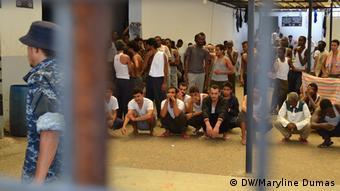 Des migrants enfermés dans un centre de détention à Tripoli, en Libye.