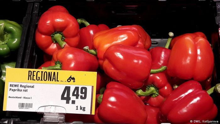 Красные перцы из местного региона в магазине Rewe.