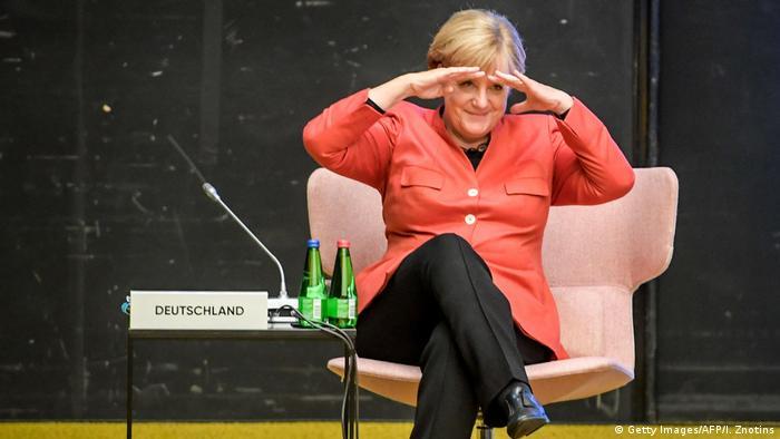 Ангеле Меркель совсем не чуждо чувство юмора. На саммите ЕС в Таллине она пытается разглядеть своих коллег.