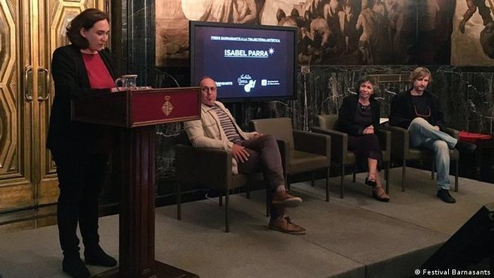 La compositora Isabel Parra (segunda de derecha y izquierda) recibió en Barcelona el premio Barnasants a la trayectoria artística.