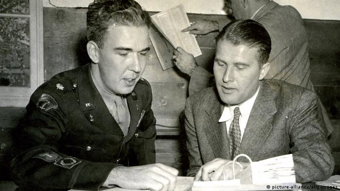 Physicist Wernher von Braun with US Major James P. Hamill in den USA (picture-alliance/akg-images)