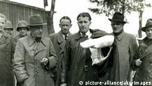 (1125796) Wernher von Braun ergibt sich US-Truppen / Foto 1945 Braun, Wernher Freiherr von Physiker und Raketenkonstrukteur 1912-1977. - Wernher von Braun (Mitte) während des 2. Weltkrieges, nachdem er sich, zusammen mit mehr als 100 Mitarbeitern der Heeresversuchsanstalt Peenemünde, Truppen der 44. Infanteriedivision der 7. US-Armee in Oberjoch (Österreich) ergeben hat (v.l. Magnus von Braun, US-Soldaten, Walter Dornberger, Stabschef Herbert Axter, Wernher von Braun, Hans Lindenberg und Bernhard Tessmann). - Foto, Mai 1945.