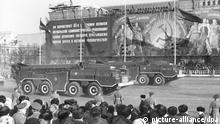 Scud-B Raketen bei der Parade zum 65. Jahrestag Oktoberrevolution am 07.11.1982 in Moskau. Scud ist die Nato-Bezeichnung für die aus der deutschen V2 entwickelte flüssigkeitsgetriebene Boden-Boden Rakete vom Typ R-11 (SS-1). Die Scud Version vom Typ B kann konventionelle, atomare oder chemische Sprengköpfe tragen. +++(c) dpa - Report+++ |