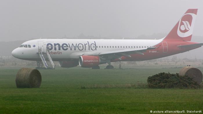 Air Berlin - Flugzeug schießt über Landebahn auf Sylt hinaus (picture alliance/dpa/S. Steinhardt)