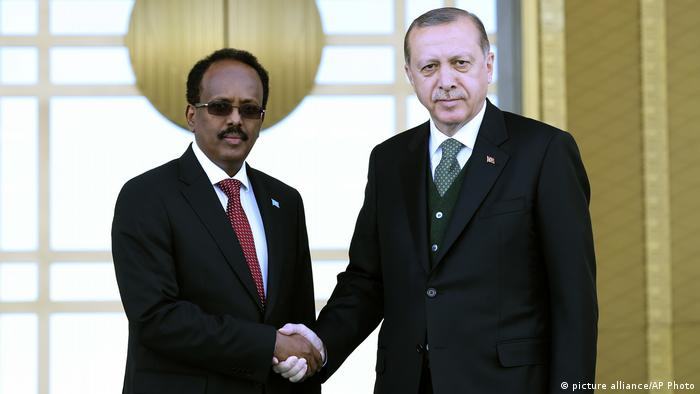 Turkey's President Recep Tayyip Erdogan, right, shakes hands with Somalia's President Mohamed Abdullahi Mohamed, also known as Farmajo, at the Presidential palace in Ankara, Turkey (picture alliance/AP Photo)