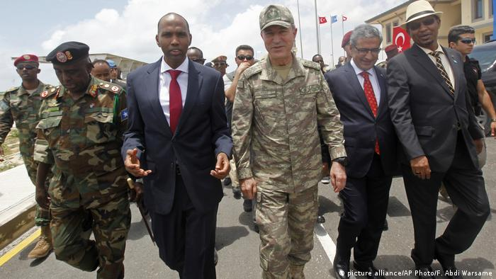 Turkish Chief of Staff, General Hulusi Akar and Somali Prime Minister Hassan Ali Khayre tour a newly-opened Turkey-Somali training center (picture alliance/AP Photo/F. Abdi Warsame)