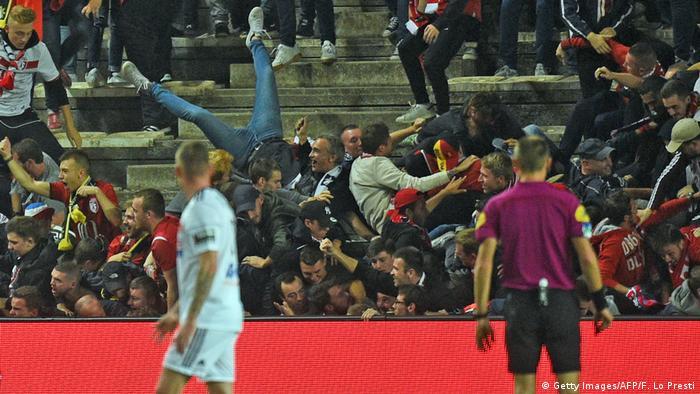Болельщики упали с трибуны на стадионе в Амьене