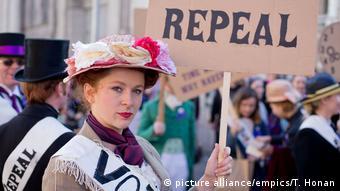 Mulher com cartaz protesta por legalização do aborto na Irlanda.