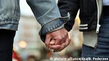 ARCHIV - Karl Kreile (l) und Bodo Mende gehen am 27.09.2017 in Berlin durch die Motzstraße. Das Paar ist seit 1979 zusammen und gehört am Sonntag deutschlandweit zu den ersten, die ihre eingetragene Lebenspartnerschaft in eine Ehe umwandeln lassen. Die Ehe für alle tritt am 1. Oktober in Kraft. (zu «Endlich Ehe für alle - Trauungen auch Sonntags möglich» vom 01.10.2017) Foto: Britta Pedersen/dpa-Zentralbild/dpa +++(c) dpa - Bildfunk+++ | Verwendung weltweit