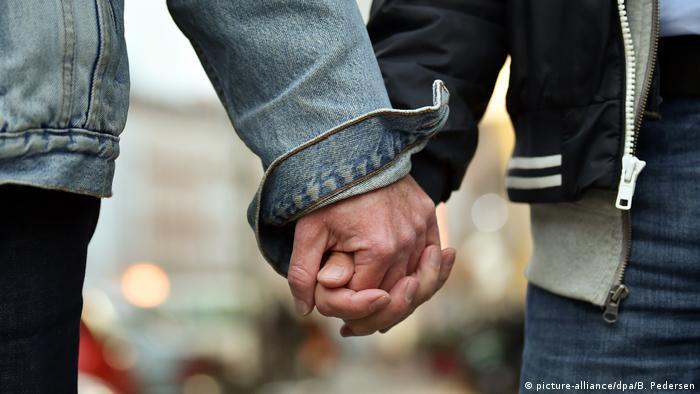 Держащаяся за руки ЛГБТ-парочка