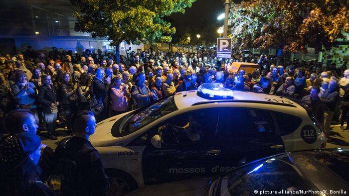 A police car driving past a crowd in Barcelona (picture-alliance/NurPhoto/X. Bonilla)