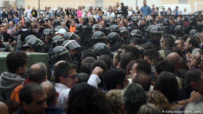 Spanien Referendum Katalonien Polizei (Getty Images/AFP/L. Gene)