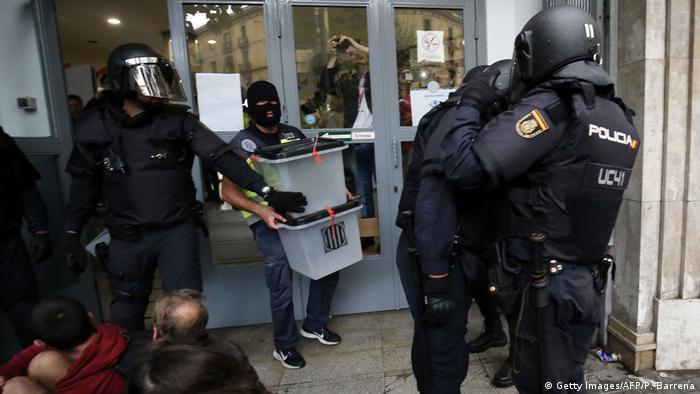 Spanien Referendum Katalonien Polizei (Getty Images/AFP/P. Barrena)