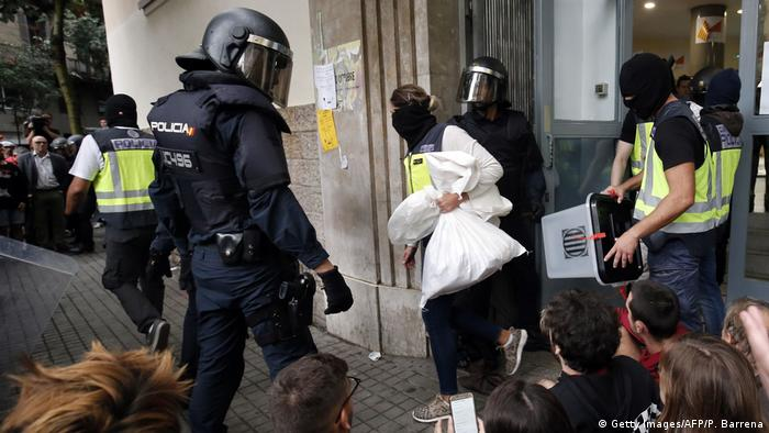 Masked policemen take out ballots and ballot boxes (Getty Images/AFP/P. Barrena)