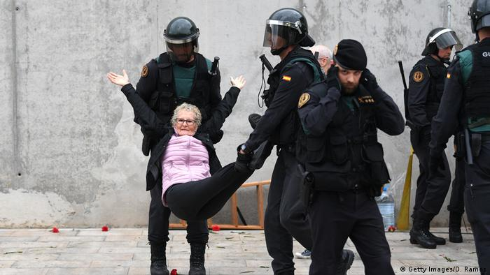 Spanien Referendum Katalonien Polizei (Getty Images/D. Ramos)