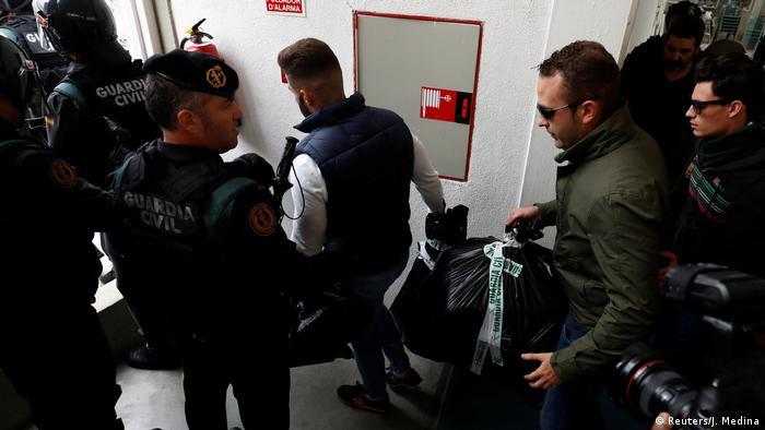 Spanien Referendum Katalonien Polizei Beschlagnahme Wahlunterlagen (Reuters/J. Medina)