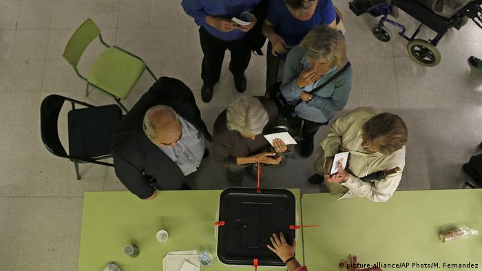 Spanien Katalonien Unabhängigkeits- Referendum (picture-alliance/AP Photo/M. Fernandez)