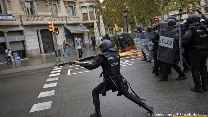Spanien Katalonien Unabhängigkeits- Referendum Poilzei schreitet ein (picture-alliance/AP Photo/E. Morenatti)