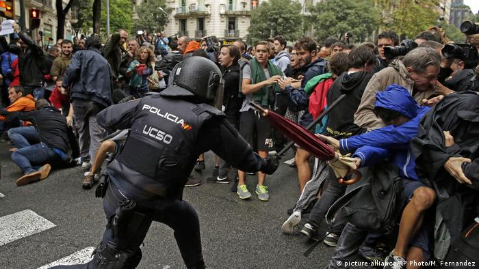 Police battle with Catalans wanting to vote in a contested referendum (picture-alliance/AP Photo/M. Fernandez)