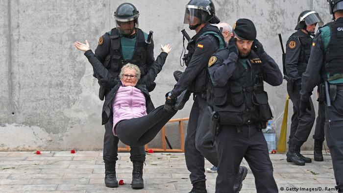 Police remove a woman by force from a polling station in Catalonia (Getty Images/D. Ramos)