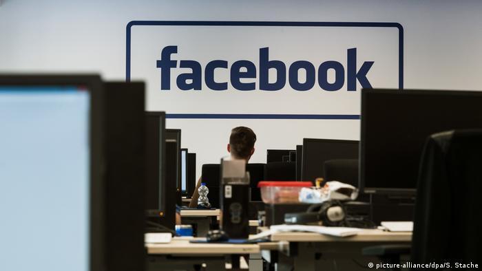 Компьютеры на фоне логотипа Facebook