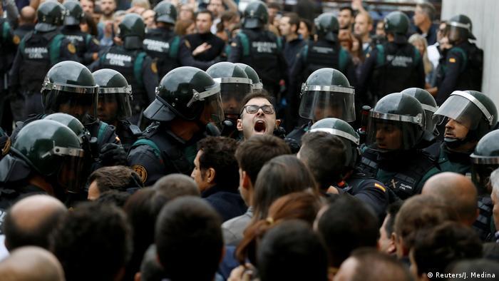 Spanien Katalonien Unabhängigkeits- Referendum Poilzei schreitet ein