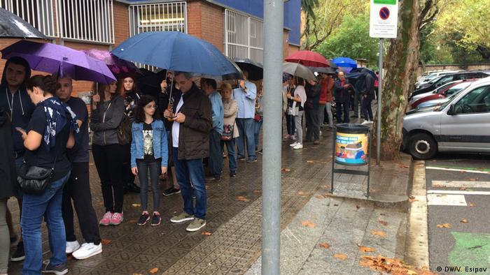 Жители Барселоны в очереди перед участком для голосования на референдуме