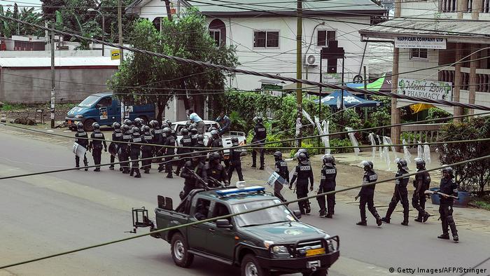 Forças de segurança camaronesas patrulham rua em Buea