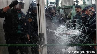 Испанские полицейские прорываются на избирательный участок, где проходит референдум о независимости Каталонии