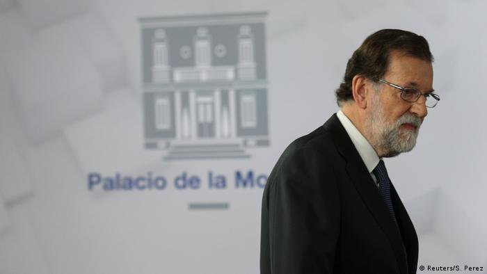 Rajoy leaves the stage after giving televised address (Reuters/S. Perez)
