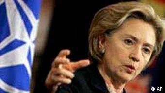 Američka ministrica vanjskih poslova Hillary Clinton sa zastavom NATO-a