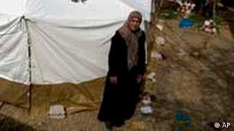 Eine palästinensische Frau sitzt neben einem Zelt im palästinensischen Viertel Silwan in Ostjerusalem, wo die israelischen Behörden zuvor ihr Haus niedergerissen haben (Foto: AP)