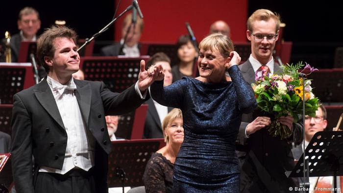 Jakub Hrůša, Vesselina Kasarova und Orchestermusiker nach dem Abschlusskonzert