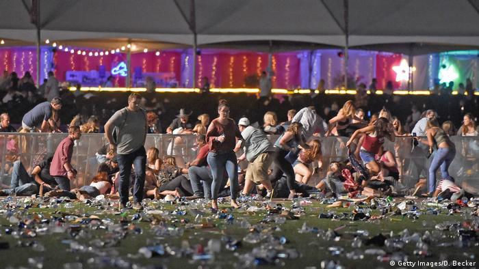 Зрители спешно покидают место концерта