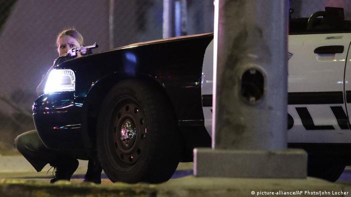 Сотрудник полиции укрылась за патрульным автомобилем