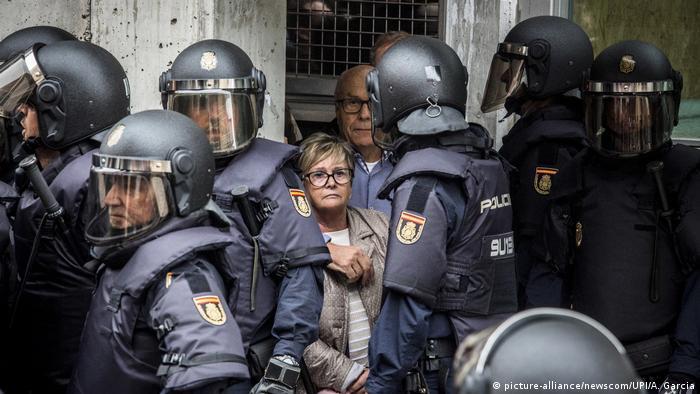 Spanien Barcelona Referendum über Unabhängigkeit - Polizeieinsatz in Barcelona (picture-alliance/newscom/UPI/A. Garcia)