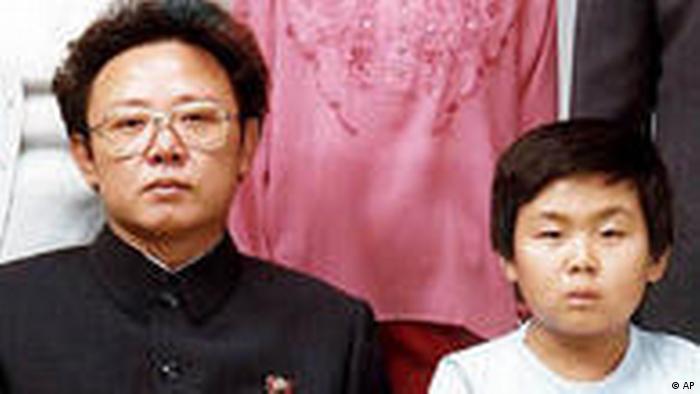 Familienfoto Nordkorea Kim Jong Il mit Frau Tochter und Söhnen 1981 (AP)