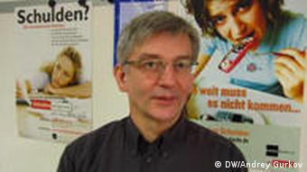 Гундольф Майер на фоне плакатов