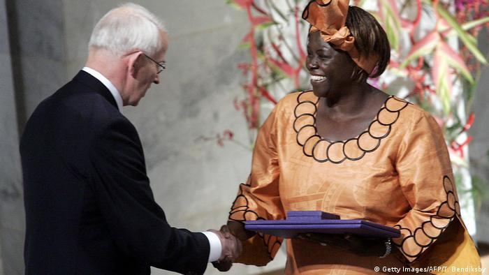 Wangari Maathai receiving prize from Nobel Committee President Ole Mjoes (Getty Images/AFP/T. Bendiksby)