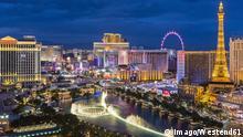 USA, Nevada, Las Vegas, Strip, fountain, hotels and Eiffel Tower at blue hour PUBLICATIONxINxGERxSUIxAUTxHUNxONLY FOF09104 USA Nevada Las Vegas Strip Fountain Hotels and Eiffel Tower AT Blue hour PUBLICATIONxINxGERxSUIxAUTxHUNxONLY FOF09104