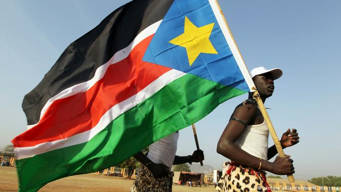 A man holding the South Sudan flag (picture alliance/dpa/M. Messara)