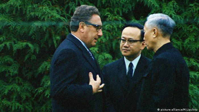 El secretario de Estado de EE. UU., Henry Kissinger (izq.), y el jefe de acción militar vietnamita Le Duc Tho (der.), fueron claves para el fin de la guerra en Vietnam, con los acuerdos de paz de 1973, en París.