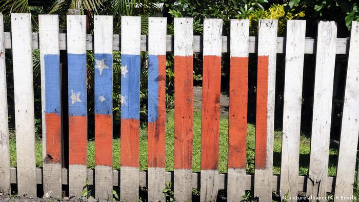 A flag painted on a fence (picture-alliance/K.-H.Eiferle)