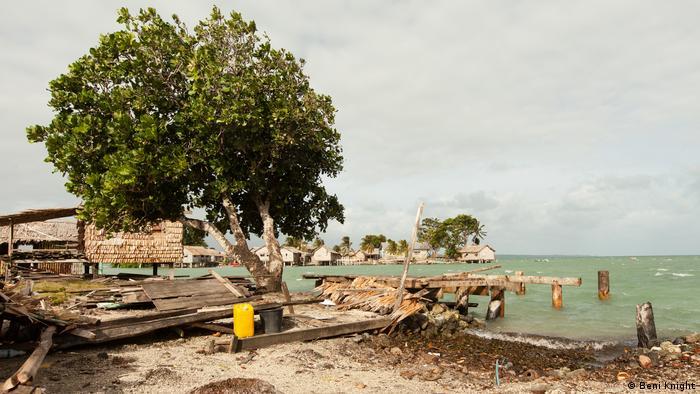 Salomon-Inseln, zerstörtes zu Hause am Wasserrand (Beni Knight)