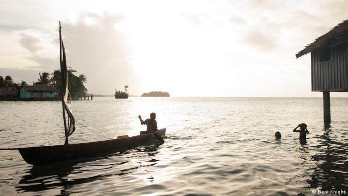 Salomon-Inseln, Kanu und Kinder Silhouette (Beni Knight)