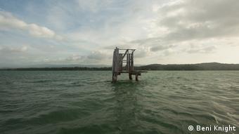 Salomon-Inseln, verlassene Struktur im Wasser (Beni Knight)