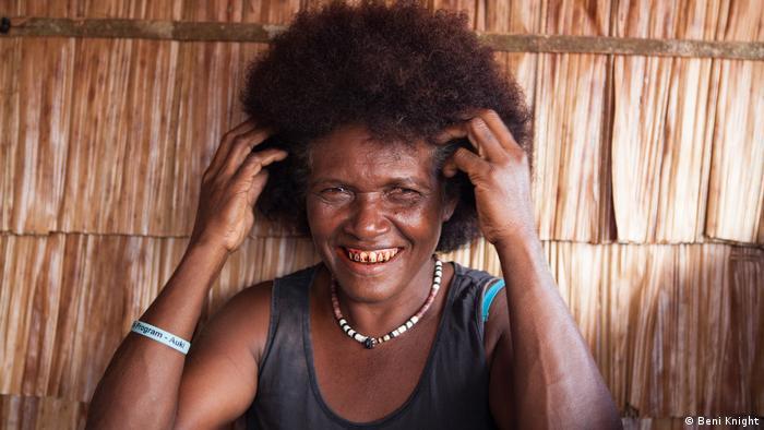 Salomon-Inseln, Lady lächelnd mit den Händen im Haar (Beni Knight)