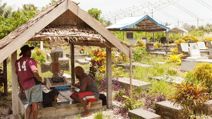 Salomon-Inseln, zwei Männer am Grab (Beni Knight)